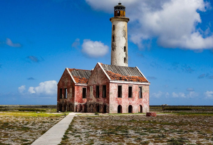 The island is popular with tourists for its scuba diving sites thanks to the presence of coral reefs and for its deserted beaches. Every day, boats shuttles between Klein Curacao and Curacao.