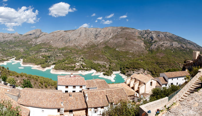Guadalest is surrounded by rocky rocks, almost vertical walls that congregate many climbing enthusiasts
