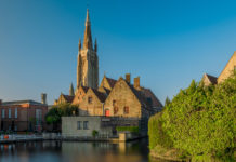 """this urban center is one of the greatest European attractions, since it keeps the structures intact. Like Amsterdam, Gothenburg and Hamburg, among others, Bruges is known as """"the Venice of the North"""", due to the large number of canals that cross the city and the beauty of them."""