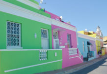 Bo-Kaap is today one of the most picturesque districts of the Cape metropolis because of the persistence of numerous cobbled alleys, houses painted in pastel colors and mosques whose architecture recalls that of Asia of the South East.