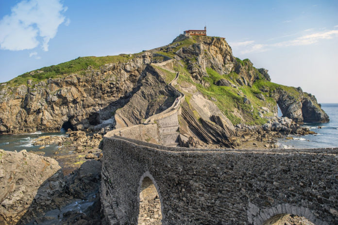 The island is approximately 270 meters long and 80 meters wide. At the top, 50 meters above sea level, is a monastery with very ancient origins and a semi-open shelter for visitors.