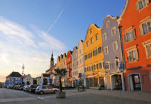 The colorful, baroque town houses (tw from the 16th century) characterize the beautiful main square of the city with numerous shops and excellent restaurants.