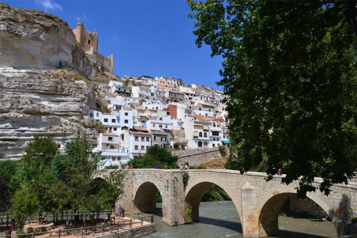 ts houses of popular architecture, carved out of the mountains, adapt to the terrain in narrow and steep streets, climbing towards the Castle that looks out over the sickle that forms the river at its feet