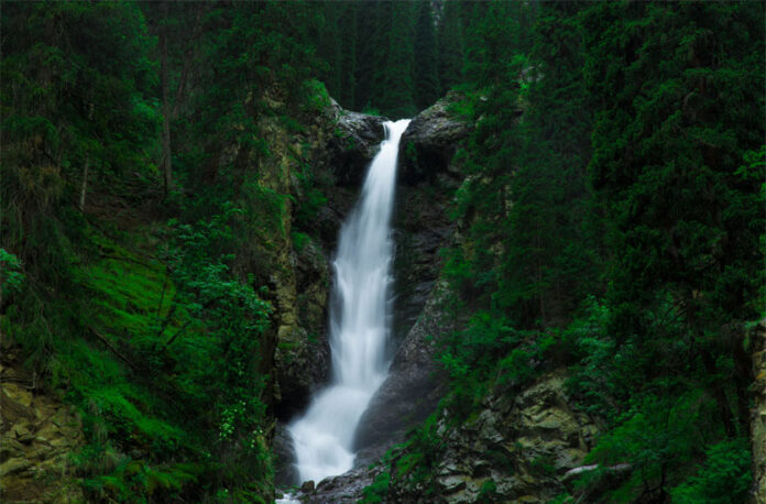 With its impressive height (24m), Barskoon Falls and the surrounding geologically protected area makes for an ideal destination