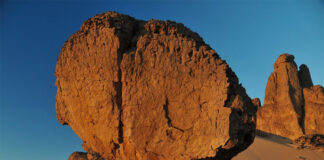 South of Tamanrasset is the Tassili du Hoggar, a vast area that extends to the border with Niger