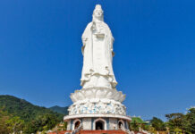 Linh Ung Pagoda is located in Bai But, Son Tra peninsula, located 10km northeast of Da Nang city center, painted by the late Venerable Thich Thien Nguyen.