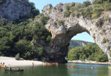 Many canoeists canoe a tour that starts a few kilometers before the Pont d'Arc and can be 6, 15 or 20 kilometers long.