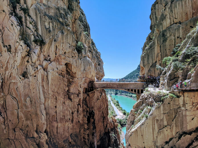 Caminito del Rey is located in the province of Malaga in the territory of three municipalities at once: Ardales, lora and Antequera. The walking route impresses with its views and unique nature. It starts near the Conde de Guadalhorce dam and ends at the El Chorro dam.Caminito del Rey is located in the province of Malaga in the territory of three municipalities at once: Ardales, lora and Antequera. The walking route impresses with its views and unique nature. It starts near the Conde de Guadalhorce dam and ends at the El Chorro dam.