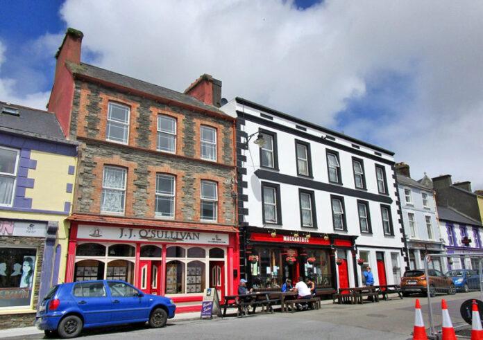 Main Street, Castletownbere cc-by-sa/2.0 - © Jonathan Thacker - geograph.org.uk/p/5810205