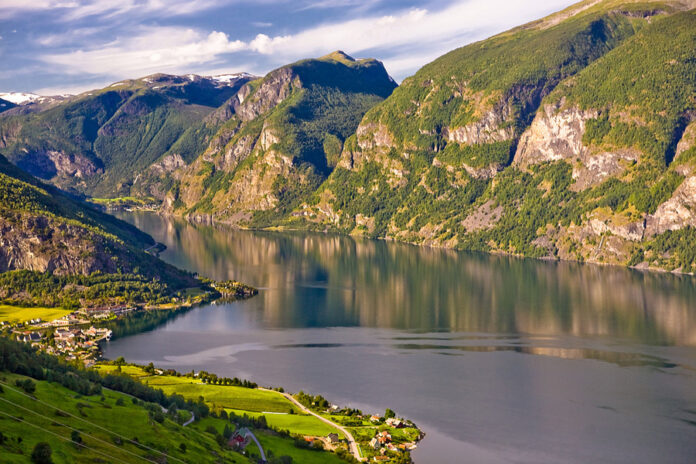 By Kenny Louie - originally posted to Flickr as A stop along Aurlandsfjellet, CC BY 2.0, https://commons.wikimedia.org/w/index.php?curid=8484603